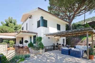 Maison sur la côte espagnole, près de Barcelone, avec un grand terrain